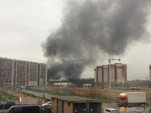 Дым из промзоны затянул небо над Дальневосточным проспектом