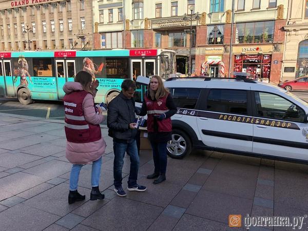 За неделю симптомы гриппа найдены у 45 тысяч петербуржцев. На Невском студенты уже раздают медицинские маски