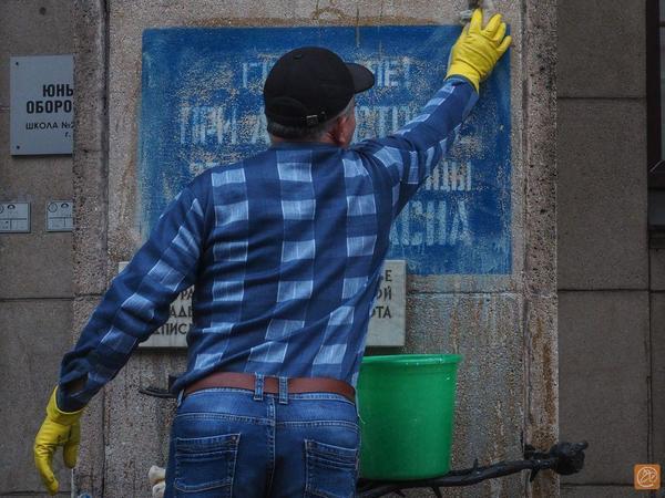 Блокадную надпись на Невском закрасили вандалы. Оттирать краску второй раз за неделю приходится сотрудникам ближайшей школы