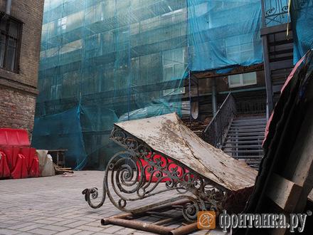 Фасады красят, козырьки летят. Почему в Петербурге срывается программа ремонта домов-памятников