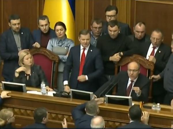 Заседание Верховной рады о введении военного положения на Украине началось со скандала. Депутат Ляшко заблокировал трибуну
