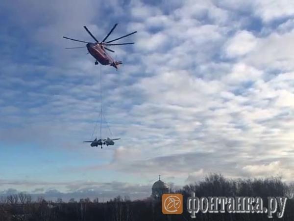 «Чего только не увидишь в небе над Питером». Прицепленный к вертолету истребитель преодолел путь к кронштадтскому «Патриоту»