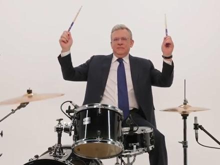 Кудрин задаёт ритм студентам. Глава Счетной палаты отбарабанил в поддержку олимпиады «Я - профессионал»