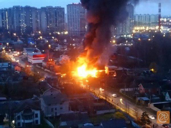 В Мурино в сгоревшем здании шиномонтажа нашли тела четырех человек