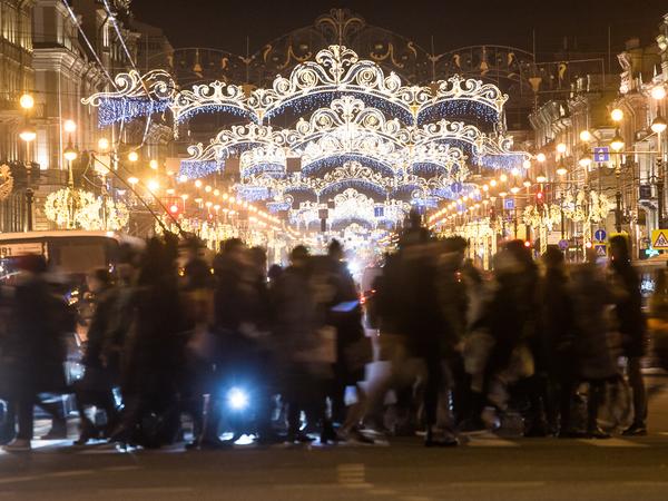 Центр Петербурга подготовили к Новому году. Ждут явления Казанской Божией Матери