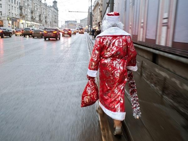 «Здравствуй, Дедушка Мороз, ты за сколько к нам принес?» Почему упали доходы новогоднего волшебника