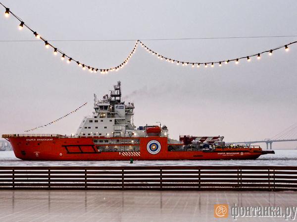Прошёл, как каравелла: арктический ледокол «Газпром нефти» поднялся по Неве