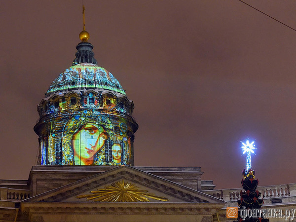 Смольный завершил оформление Казанского собора: на куполе запустили гигантскую проекцию иконы Божьей матери