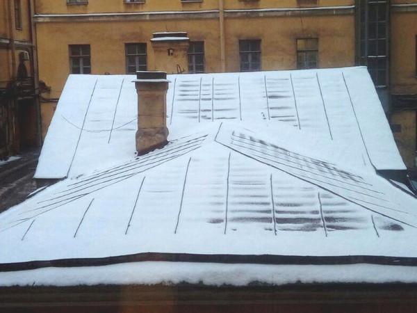 Снег загрузил улицы Петербурга аномальными пробками. Одно из первых ДТП со снегоуборщиком – в Заневке