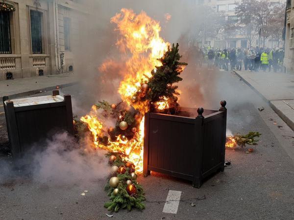 Показываем Париж в огне. Пострадавших в акциях больше 50, арестованных больше 700