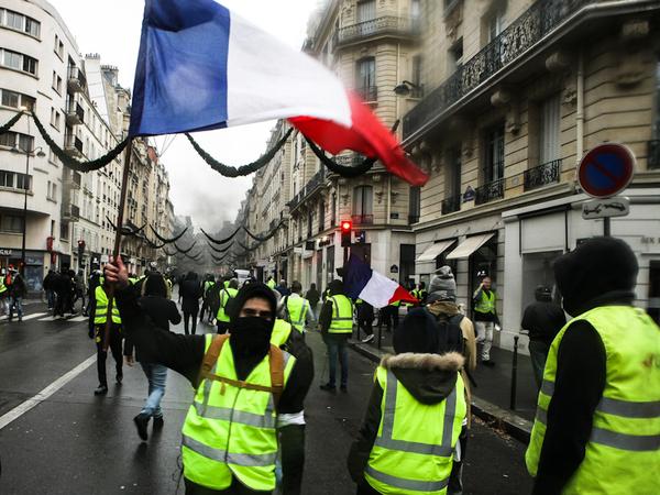 Во Франции задержали более 1700 протестующих. Ума Турман рассказала о своём участии