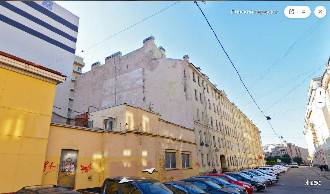 Пинский переулок, 4, трещина на брандмауэре с крыши до основания дома видна даже на Яндекс-панорамах