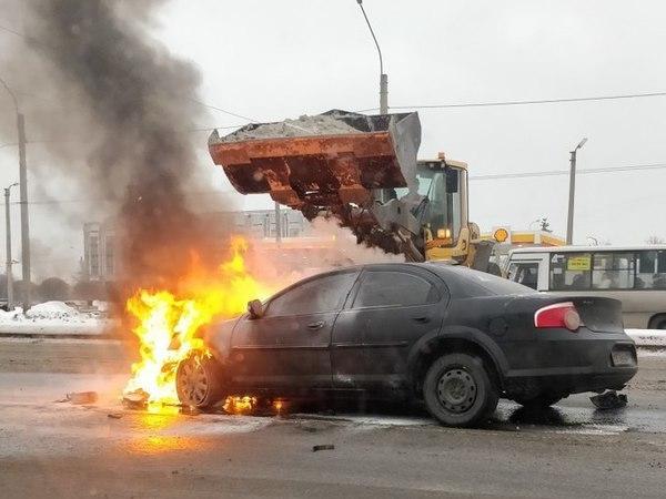 В Петербурге экскаватор тушил снегом машину, вспыхнувшую после ДТП