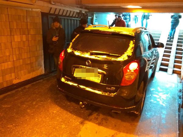Внедорожник въехал в подземный переход на «Московской»