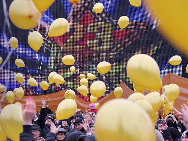 «Фонтанка» собирает фото офисных поздравлений с 23 Февраля