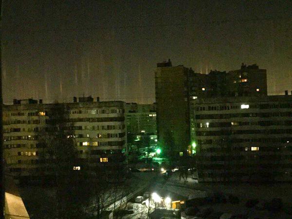 В Петербурге появились световые столбы