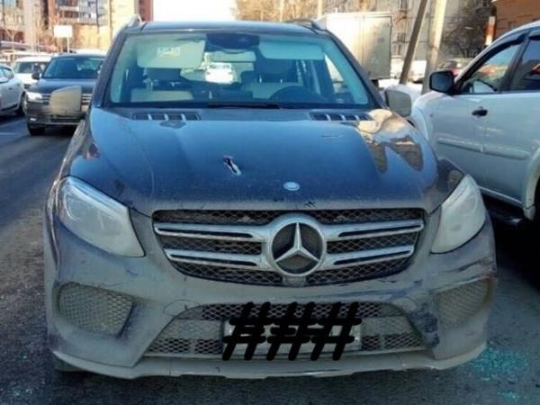 Автомобиль бизнесмена расстреляли в Петербурге