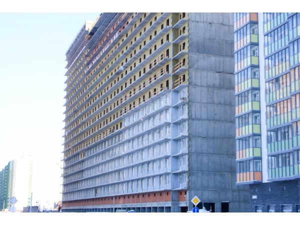 В доме №12 ЖК «Краски лета» приступили к установке витражных конструкций