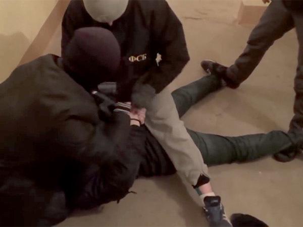 ФСБ Петербурга провела трендовое задержание в «трениках» и белых носках