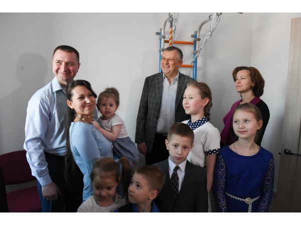 Многодетная семья получила квартиру в «Янила Кантри»