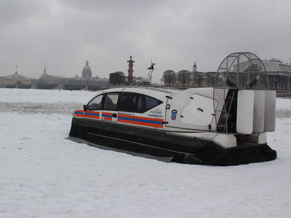 В борьбе против прогулок петербуржцев по льду применили громкоговорители
