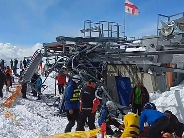 В Грузии сломавшийся подъёмник раскидал лыжников по горному склону
