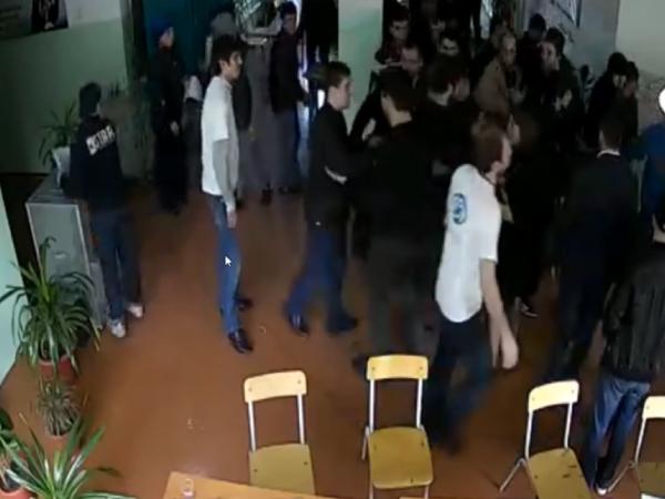 Камера зафиксировала драку на избирательном участке в Дагестане