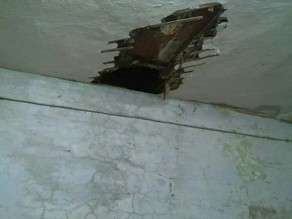 Очевидцы: В Кронштадте через дыру в чердаке провалился ребенок