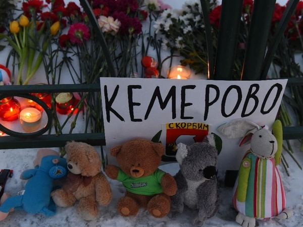 В память кемеровской трагедии на Дворцовую несут цветы