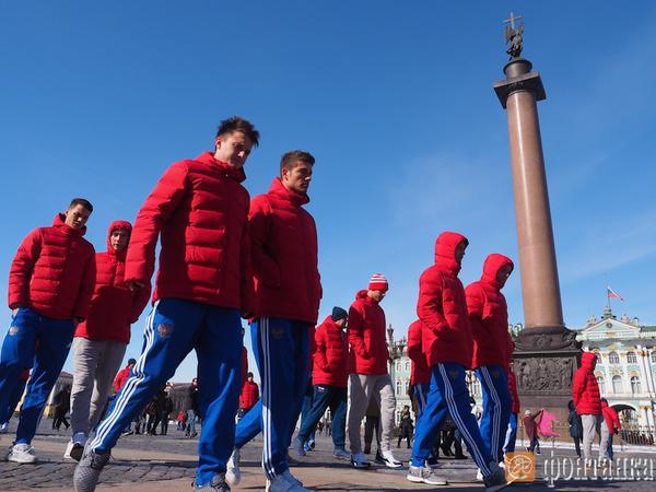 Футболисты сборной России почтили память погибших в Кемерово на Дворцовой площади