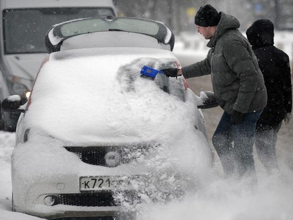 В Москве воюют с прощальным снегопадом