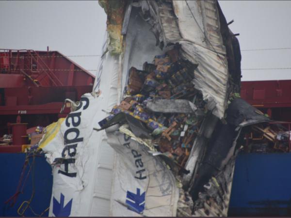 На пути в Петербург контейнеровоз столкнулся с балкером и потерял груз