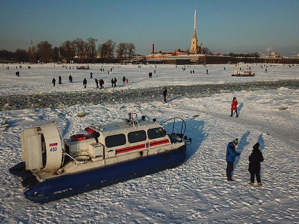 Петербуржцы гуляют по Неве под присмотром спасателей