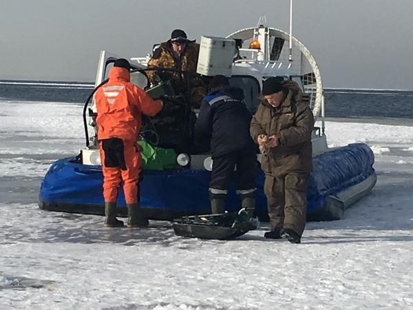 Спасатели выручили рыбаков, которые решили поудить возле дамбы