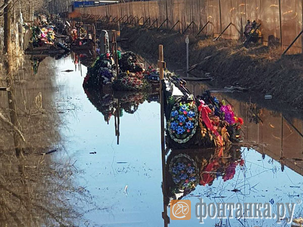 Серафимовское кладбище затопило грунтовыми водами
