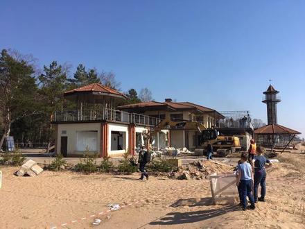 В Комарово экскаваторы сносят ресторан «Гольфстрим»
