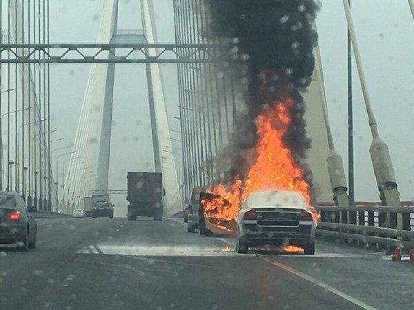 Огнетушитель капитулировал на вантовом мосту, Volvo оставили догорать