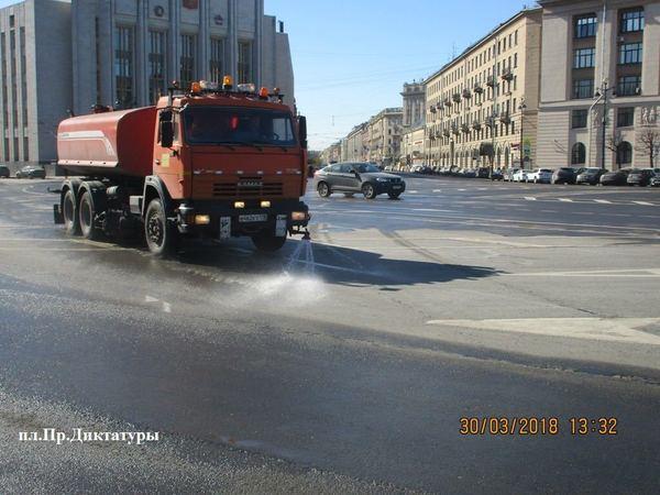 Улицы Петербурга начали отмывать от зимы