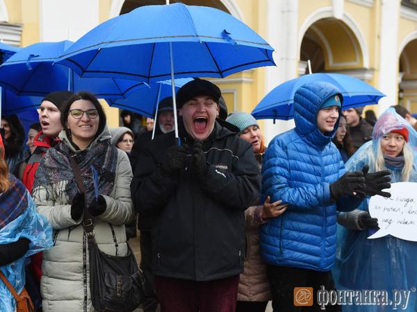 По Невскому прошли люди под синими зонтами