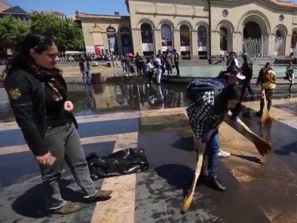 Первый день после Армянской революции: на площади смывают шампанское