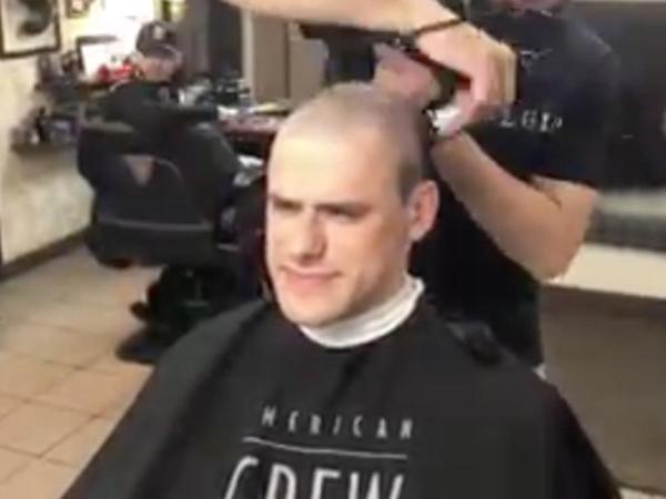Коллеги больного раком онколога поддержали шефа, побрившись наголо
