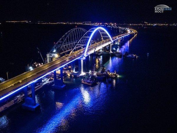 Крымский мост выделили из темноты