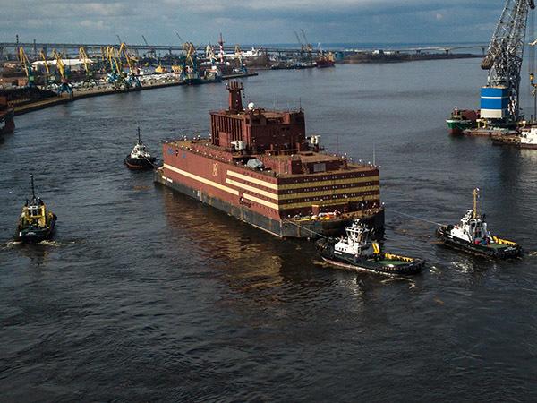 На Неве проводили гигантскую плавучую АЭС для края Абрамовича