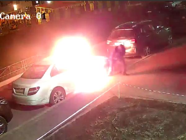 Поджог «Мерседеса» в Приморском районе зафиксировали камеры наблюдения