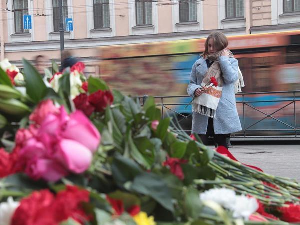 Петербуржцы помнят: Возле «Технологического института» вновь гора цветов
