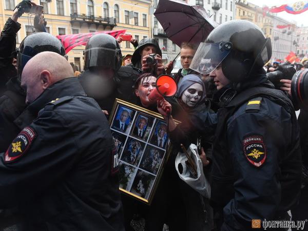 Участница Первомая в Петербурге задержана за портрет Путина