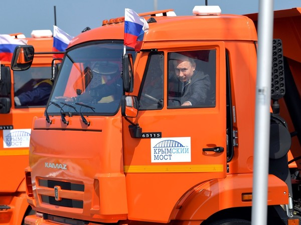 Путин за рулём КамАЗа открыл движение по Крымскому мосту
