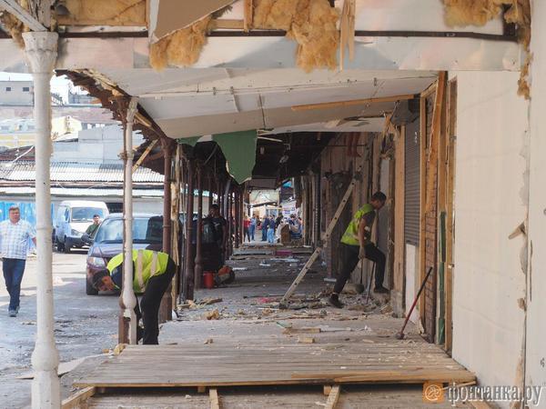 Торговцы «Апрашки» о сносе павильонов: «Нам жарко, позже откроемся»