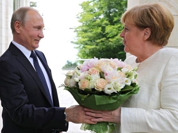 Самое сокрушительное оружие Путина: плед и букет