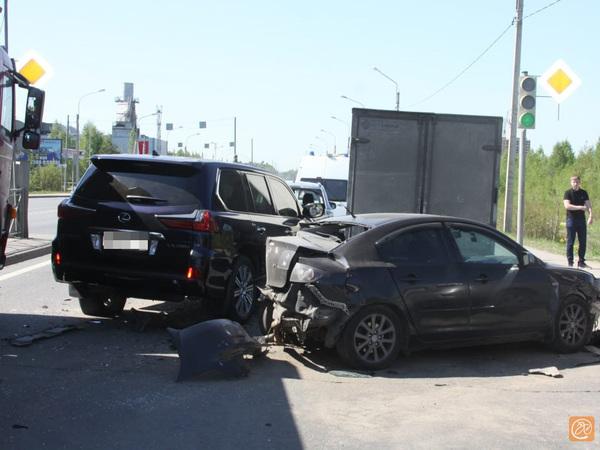 Желающий проскочить водитель непростой машины собрал массовое ДТП на Дороге жизни
